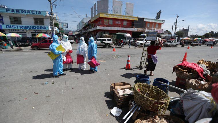 Personal de Salud llegó al mercado terminal Minerva, zona 3 de Xela, para hacer pruebas a los comerciantes. (Foto Prensa Libre: María Longo)