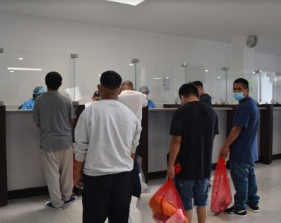 Deportados registran su regreso al país en las oficinas de Migración en la Fuerza Aérea de Guatemala. (Foto: IGM).