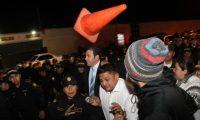 GU2061. CIUDAD DE GUATEMALA (GUATEMALA) 14/01/2020.- El expresidente de Guatemala Jimmy Morales es escoltado por seguridad después de un segundo intento de entrar a la sesión del Parlamento Centroamericano, este martes en Ciudad de Guatemala (Guatemala). EFE/NORVIN MENDOZA