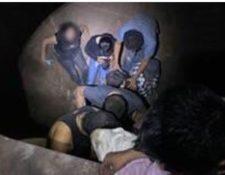 Los migrantes viajaban ocultos en un vagón para el transporte de granos básico, en Texas. Estados Unidos. (Foto Prensa Libre: Tomada de la cuanta de Twitter @CBP)