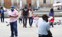 Varias personas paseando en el parque central de la ciudad de Guatemala esperando las nuevas disposiciones del gobierno las cuales las dar‡ a conocer el d'a de hoy Domingo la mayor'a de personas utilizan mascarillas para evitar el contagio de CORONAVIRUS.    Erick Avila.                   09/08/2020