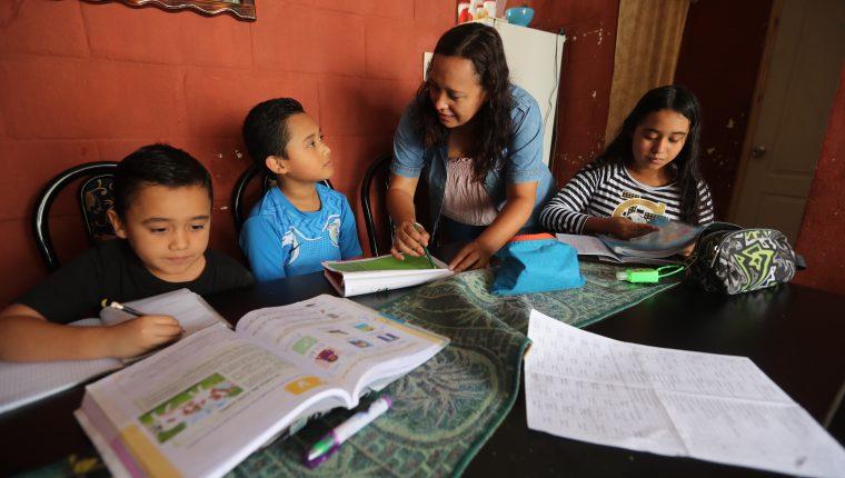 Mientras el Mineduc aún no define cómo iniciará el ciclo escolar 2021, muchos colegios ya han optado por planificar las actividades a distancia. (Foto Prensa Libre: Érick Ávila)