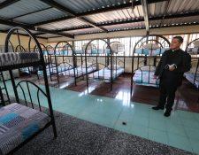 El sacerdote Juan Luis Carbajal, secretario ejecutivo de la Pastoral de Movilidad Humana, muestra las habitaciones que albergarán a los solicitantes de refugio. (Foto Prensa Libre: Érick Ávila)