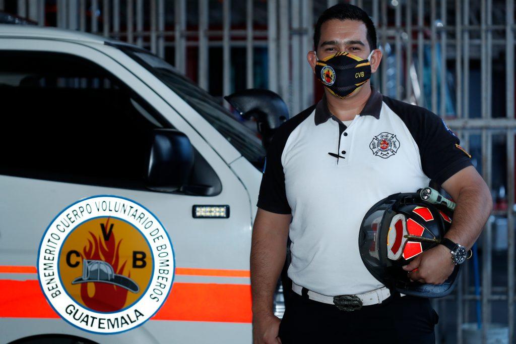 Edgar Sáenz, bombero voluntario, relata lo difícil que ha sido atender emergencias por covid-19. Foto: Esbin García