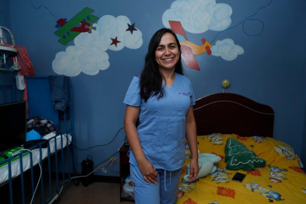 Lorelai Guerra, atiende a pacientes que se han contagiado con covid-19 en el Hospital de Villa Nueva. Foto: Esbin García.