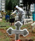 Enterradores realizan labores en el cementerio de Mixco. Foto Prensa Libre: Esbin García.       Fotograf'a  Esbin Garcia 11- 09-2020