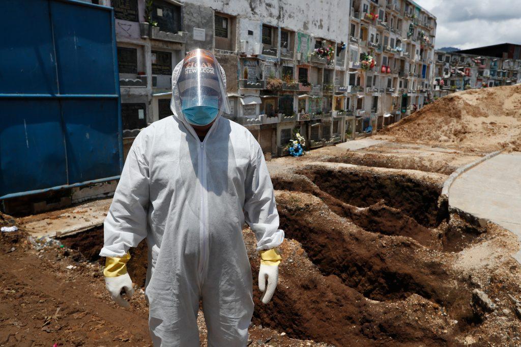 Hugo Gálvez, trabajador del Cementerio de Mixco, últimamente se ha dedicado a enterrar a personas que fallecieron por coronavirus. Foto: Esbin García