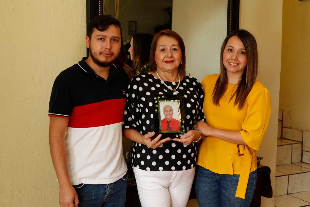 La familia Rojas Sandoval, muestra el retrato Edgar Rojas, un médico que se contagió con un paciente que lo visitó en su clínica y falleció. Foto: Esbin García