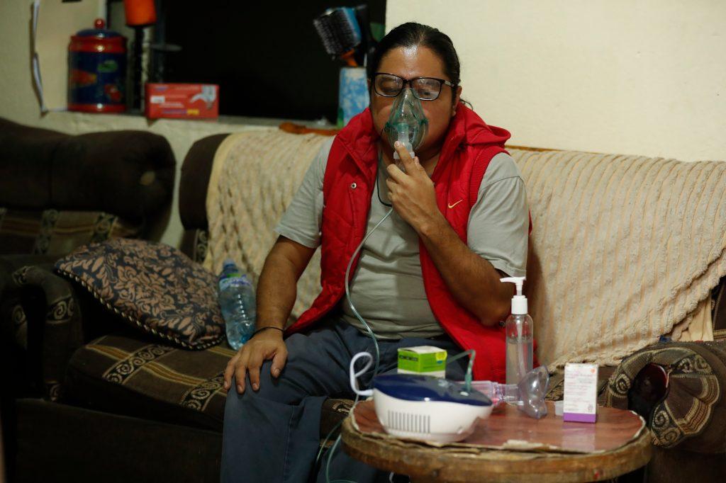 Carlos Dávila, se recupera en su vivienda, después de sobrevivir a covid-19. Foto: Esbin García