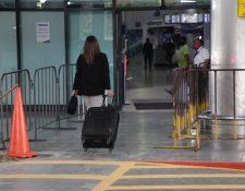 Los usuarios del aeropuerto deberán de pasar por tres controles de temperatura a su ingreso. Fotografía: Prensa Libre.