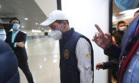 Miguel Mart'nez, del Centro de Gobierno llega al Aeropuerto internacional La Aurora para verificar los vuelos luego de 6 meses de inactividad por la pandemia del coronavirus.  Fotograf'a. Erick Avila:        18092020