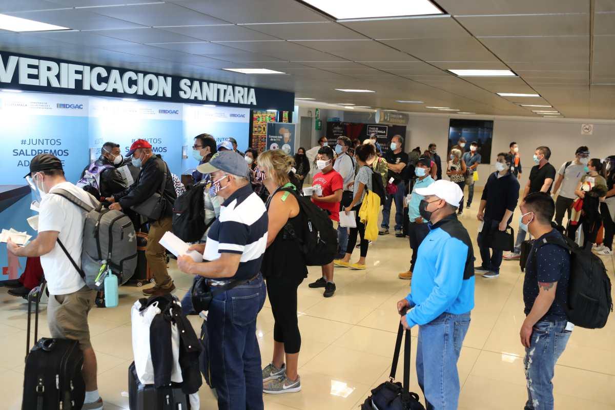 Primer día de reapertura del Aeropuerto La Aurora registró aglomeraciones en la terminal