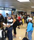 En varias áreas del Aeropuerto La Aurora hubo aglomeraciones y no se pudo guardar la distancia física. (Foto, Prensa Libre: Érick Ávila).