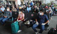 Pasajeros esperan abordar avi—n en el Aeropuerto internacional La Aurora para realizar su viaje a los Estados Unidos luego de 6 meses de inactividad por la pandemia del coronavirus.  Fotograf'a. Erick Avila:        18092020