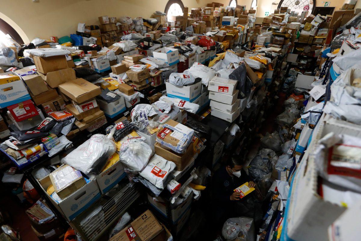 Abre el Correo tras 3 años: Lo reciben la pandemia, trabas legales y miles de paquetes