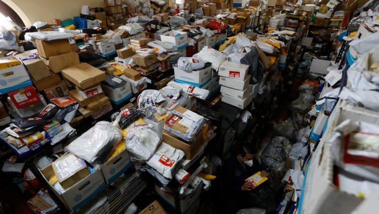 Solo la Aduana de Fardos Postales tiene 27 mil paquetes retenidos, según la oficina de Correos. (Foto Prensa Libre: Esbin García)