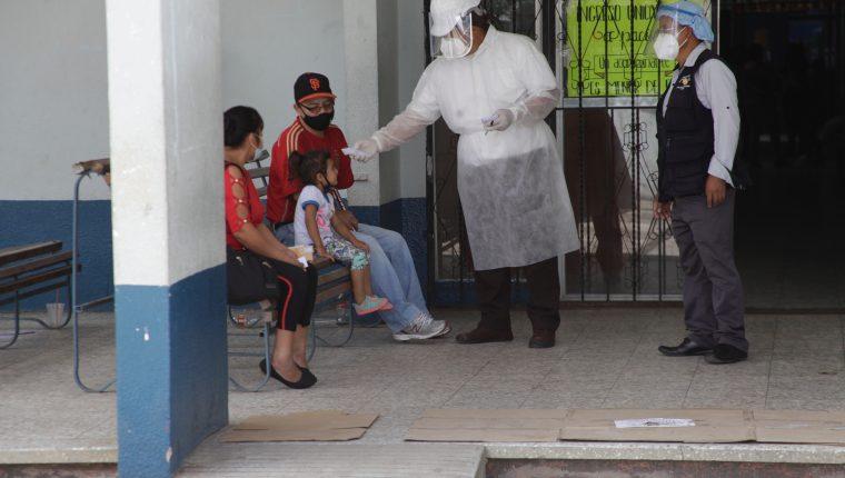 En los centros de salud tienen pruebas de covid-19 pero solo las practican a pacientes que presenten síntomas de coronavirus. (Foto Prensa Libre: Hemeroteca PL)