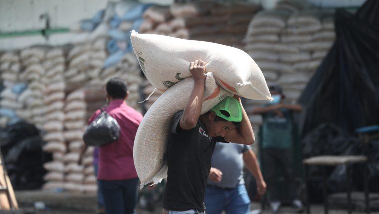 Granos básicos son ingresados al país de contrabando desde México y compiten en el mercado local con ventaja sobre los comerciantes locales. (Foto Prensa Libre: Hemeroteca PL)