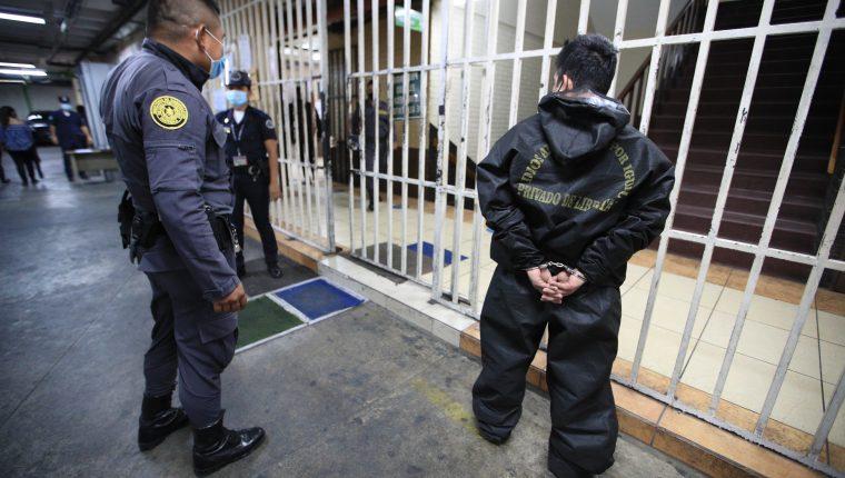 El control telemático o brazaletes permitirá descongestionar las cárceles y las personas ligadas a procesos penales podrán estar fuera de prisión. (Foto Prensa Libre: Hemeroteca)