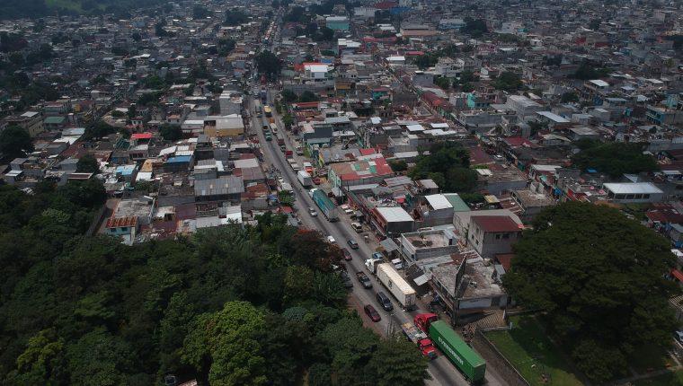 El embotellamiento dentro del casco central en Palín es una estampa que se replica a diario. (Foto Prensa Libre: Carlos Hernández)