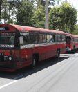 Buses rojos estacionados en una de las calles de la zona 7 ante la falta de acuerdos con el gobierno para comenzar a circular. Fotografía: Prensa Libre.