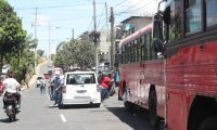 Buses rojos estacionados en una de las calles de la zona 7, aun no salen a prestar el servicio debido a que no han llegado a un acuerdo entre empresarios y gobierno.  Fotograf'a. Erick Avila:        24092020