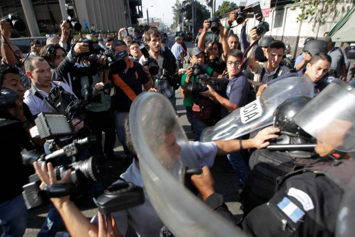 Por qué hay más ataques a periodistas que cubren protestas, según alerta la Unesco