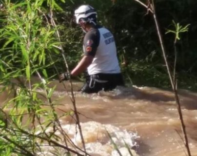 Bomberos Voluntarios buscan al niño Danilo Mateo, quien fue arrastrado por un río en Jalapa. (Foto Prensa Libre: BV)