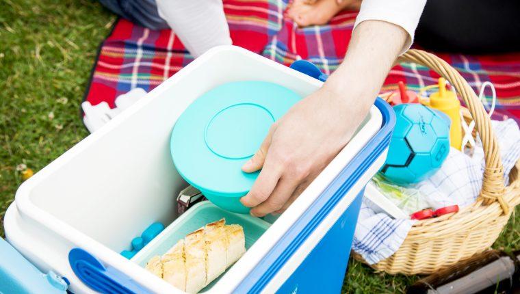 Quien sale de picnic debería transportar los alimentos en una hielera. Foto Prensa Libre: DPA