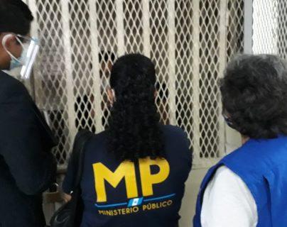 PDH y MP verifican las condiciones del periodista Sonny Figueroa, detenido por la PNC. (Foto Prensa Libre: PDH)