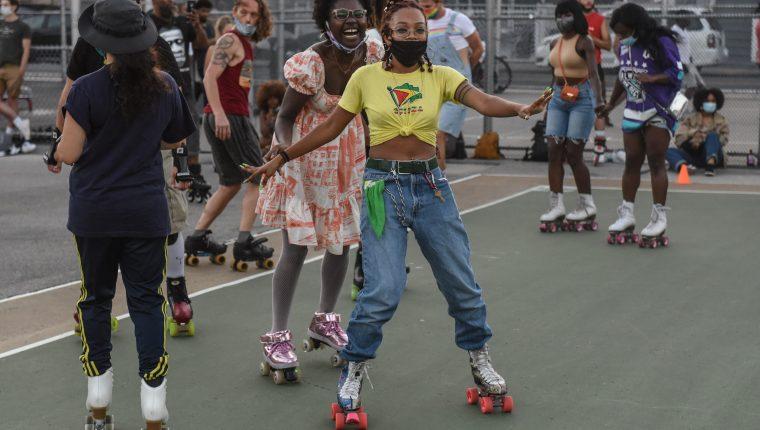 Varias personas patinan durante un evento en Brooklyn, Nueva York. (Foto Prensa Libre: AFP)
