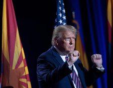 El presidente Donald Trump baila después de hablar sobre los latinos, en Arizona. (Foto Prensa Libre: AFP)
