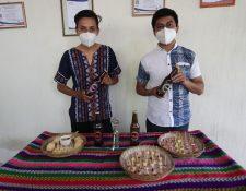 Los jóvenes fabrican el vino en una vivienda ubicada en la zona 4 de Xela. (Foto Prensa Libre: María Longo)