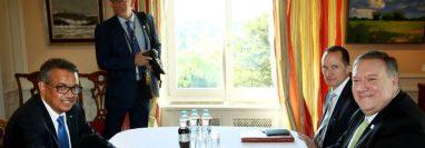 El director general de la Organización Mundial de la Salud (OMS), Tedros Adhanom Ghebreyesus, a la izquierda, conversa con el secretario de Estado de EE.UU., Mike Pompeo, durante un encuentro en Basilea, Suiza, el 3 de junio de 2019.