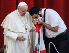 El papa Francisco abraza al sacerdote libanés Georges Breidi, durante la primera audiencia general después de seis meses de suspensión. (Foto Prensa Libre: EFE)
