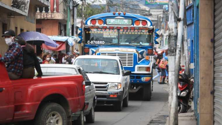 Una unidad del transporte extraurbano se observa en Villa Nueva. (Foto Prensa Libre: Carlos Hernández)