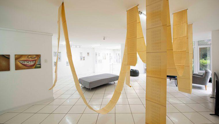 La exposición Revisiones 2 se lleva a cabo en el espacio cultural OS·MO·SIS. (Foto Prensa Libre: Cortesía David Urbina)