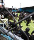 Un fuerte dispositivo de la PNC fue movilizado al Preventivo de la zona 18 para llevar a cabo la requisa. (Foto Prensa Libre: Carlos Hernandez Ovalle)