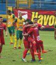 Jugadores rojos celebran el gol anotado por Héctor Moreira. Foto Prensa Libre: Norvin Mendoza.