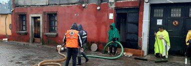 Autoridades necesitaron la ayuda de equipo para ayudar a los drenajes que no se dieron abasto por la cantidad de lluvia. Fotografía: Conred.