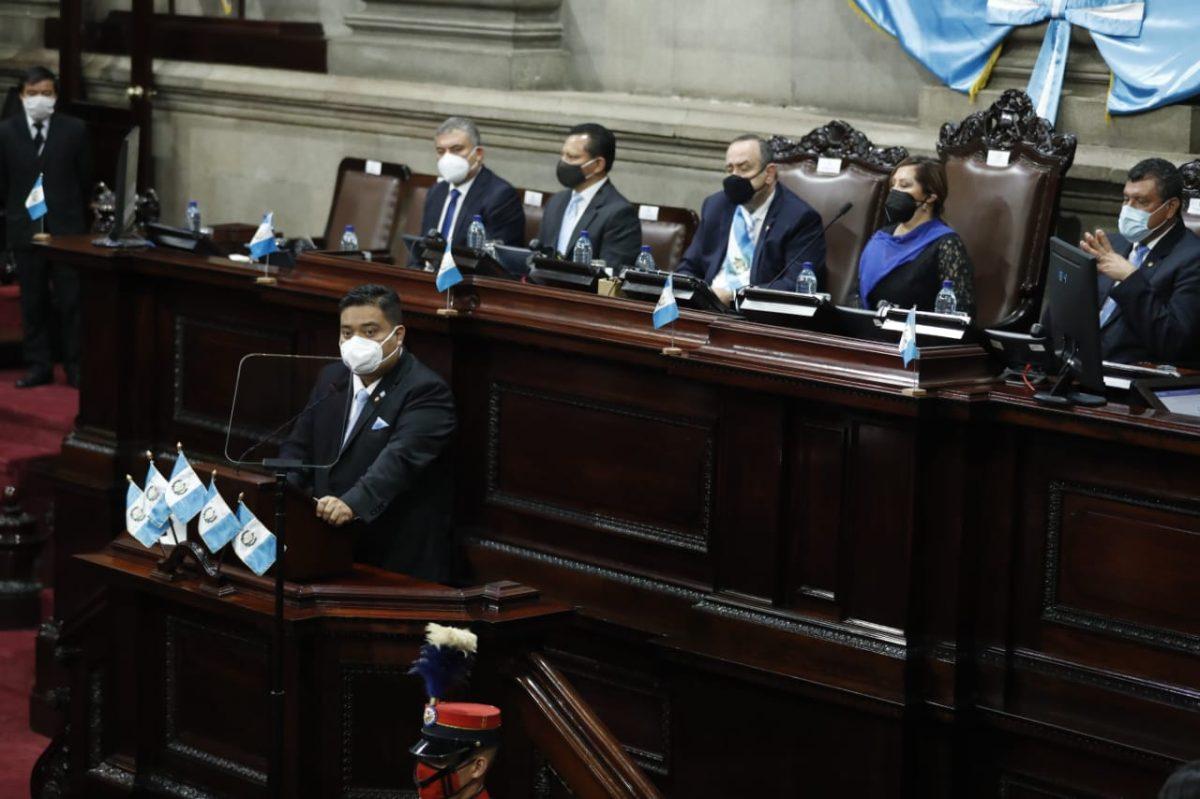UNE denuncia que Giammattei compra votos para la directiva del Congreso de 2021 y el Ejecutivo responde