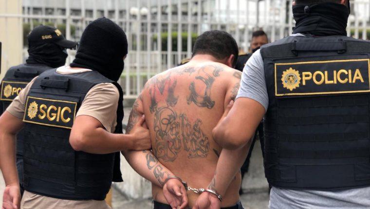El supuesto pandillero fue detenido en ruta hacia el Atlántico con bolsitas de mariguana y municiones. Foto Prensa Libre: PNC