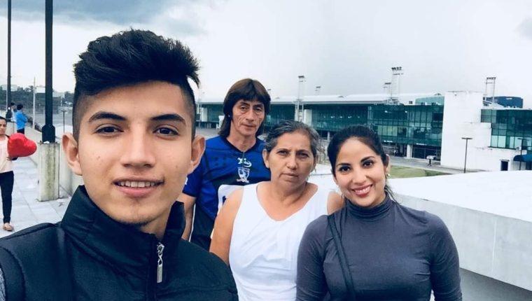 Nancy Paola (primera de derecha a izquierda) junto a sus padres y su hermano Dénilson antes de tomar el vuelo que la llevó a España en julio de 2018. (Foto Prensa Libre: cortesía)