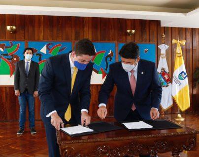 Alcaldes firman acuerdo del proyecto de Transpinula. (Foto Prensa Libre: María Olga Menaldo)