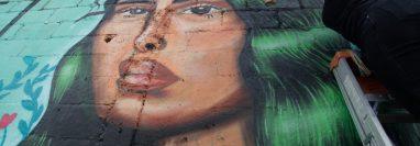 Gabriela Girón participa en el festival Cuerpos Libres con un mural que pintó en el Centro Histórico. (Foto Prensa Libre: Noé Medina)