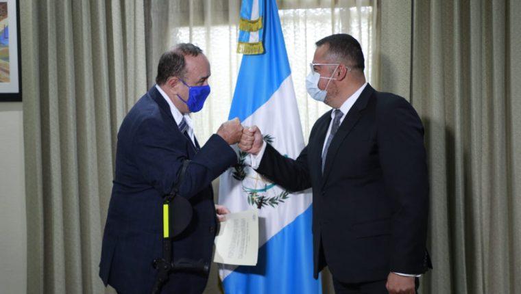 Presidente Alejandro Giammattei toma el juramento de Felipe Aguilar, nuevo ministro de Cultura el pasado 10 de septiembre. (Foto Prensa Libre: Hemeroteca PL)