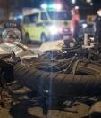 El percance ocurrió sobre la Calzada Roosevelt. Los cuerpos de socorro recomiendan a conductores no viajar a excesiva velocidad. (Foto Prensa Libre: Cortesía Bomberos Municipales)