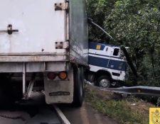 Tráiler choca con separadores viales y derriba un poste en km 12.5 al Pacífico, con dirección al Sur y eso ocasiona complicaciones en el tránsito. (Foto Prensa Libre: PMT Villa Nueva)