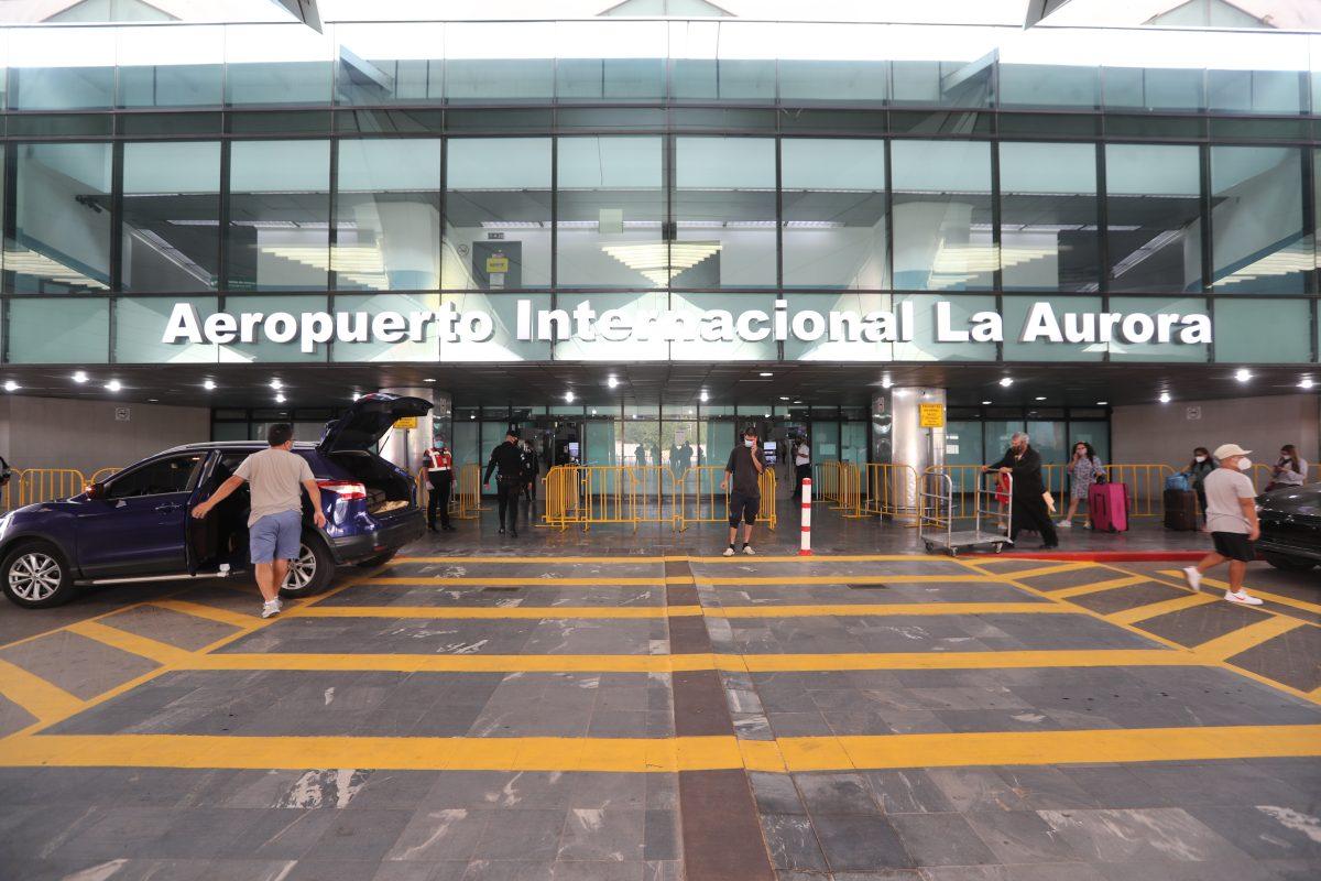 Detectan caso positivo de covid-19 en el Aeropuerto La Aurora, el primero desde su reapertura