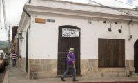 AME8101. ANTIGUA GUATEMALA (GUATEMALA), 13/08/2020.- Un hombre mira el letrero de alquiler de un local comercial que cerró durante el paro por la pandemia hoy, en Antigua Guatemala (Guatemala). Pequeñas y medianas empresas (pyme) han comenzado a reactivar sus comercios ante la incertidumbre que provoca la reapertura económica, iniciada por el Gobierno el pasado 27 de julio, en medio de la efervescencia de contagios y fallecidos, cuyo pico se espera para octubre próximo. EFE/ Esteban Biba